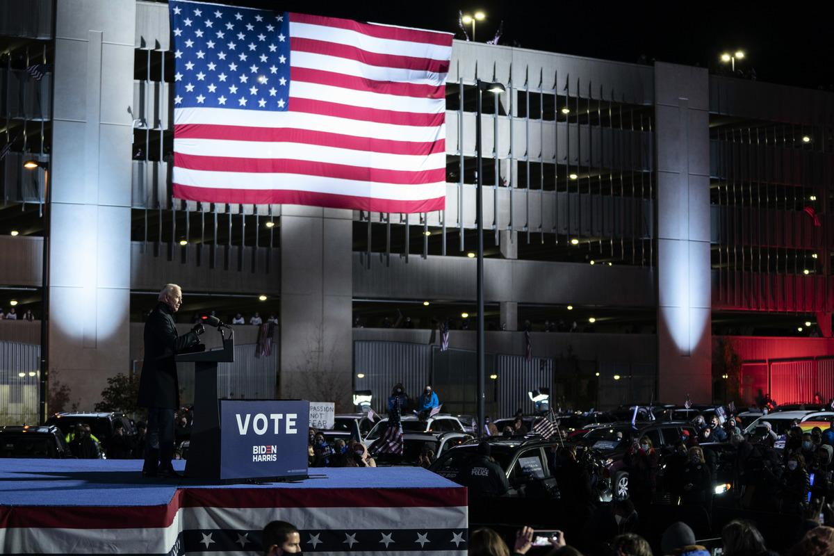 2020年11月2日大選前一日,拜登在賓夕凡尼亞州匹茲堡的亨氏球場舉辦競選活動,支持者坐在車裏面。場面冷清。(Drew Angerer/Getty Images)