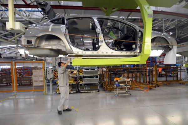 美國對340億美元的中國商品加徵25%關稅,包括汽車、電腦磁盤驅動器,泵零件、閥門和印表機以及許多其它工業零件產品。圖為中國汽車工廠。  (GOH CHAI HIN/AFP)