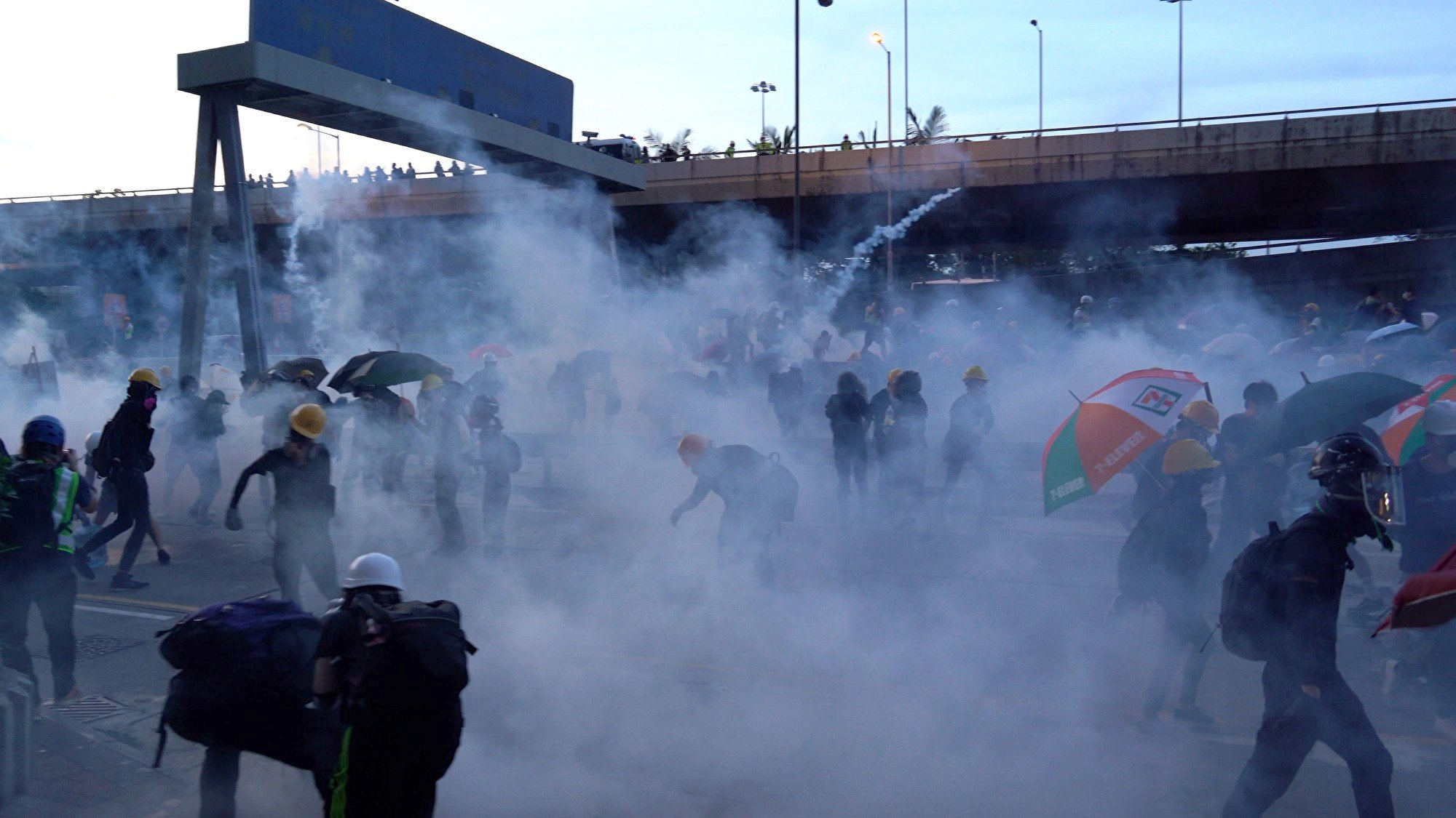 圖為7月28日入夜,在香港西環,警民爆激烈衝突。港警多次施放催淚彈等驅趕示威者。(李逸/大紀元)
