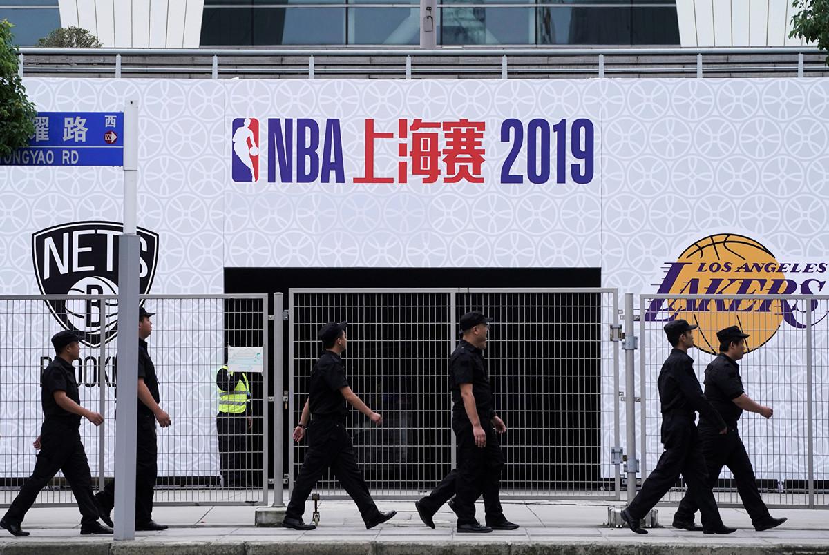 2019年10月9日,上海市,2019NBA中國賽陸家嘴巨幅海報遭拆除。圖為安保人員走過在上海東方體育中心的「2019NBA球迷之夜」球迷活動場地。(大紀元資料室)