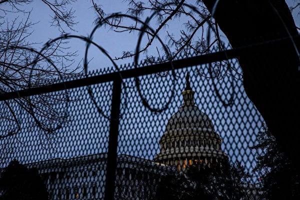 美國國會大廈周圍加強安全防範。(Samuel Corum/Getty Images)