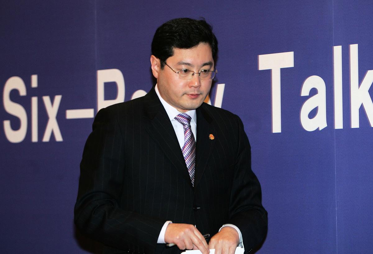 圖為2007年2月,時任中共外交部發言人秦剛簡報北京舉行的六方會談。(China Photos/Getty Images)