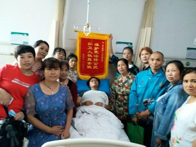 重慶女商販遭城管狂毆揮刀自衛 民眾送錦旗