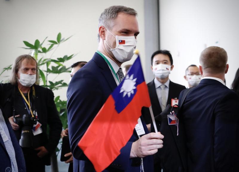 布拉格市長賀吉普(Zdeněk Hř ib)訪台揮舞中華民國國旗。(中央社)