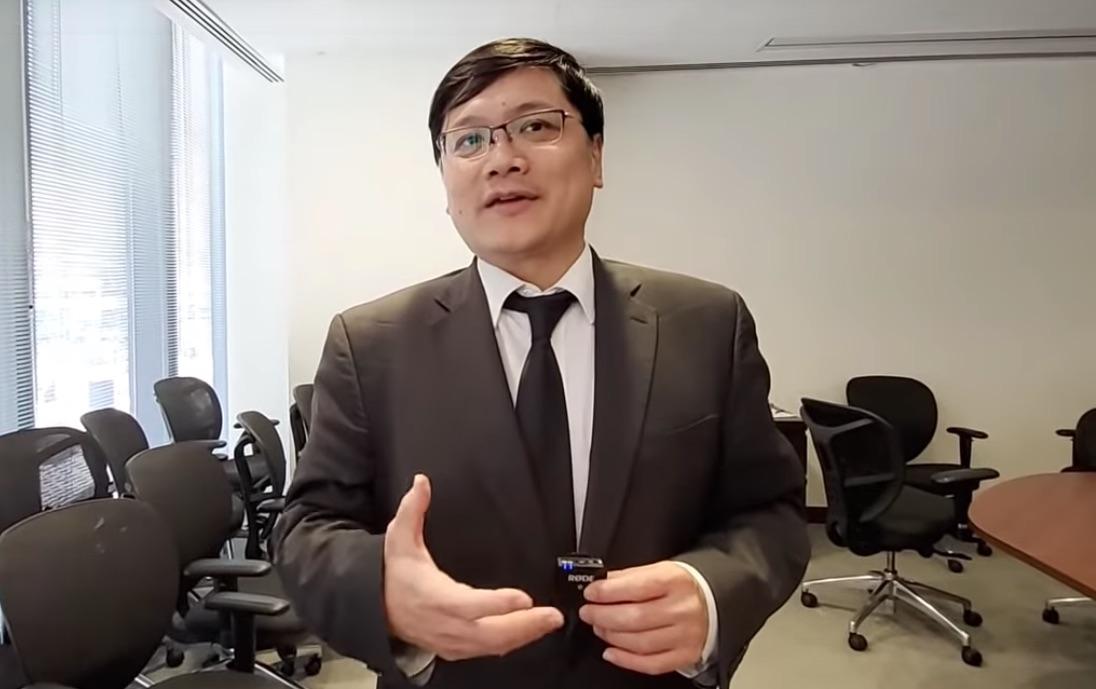 全港反送中聯席的核心成員歐贊年表示,《禁蒙面法》對香港抗爭者沒有用,因他們知道自己爭取甚麼,清楚自己爭取的人權和民主是非常重要的,也不怕這罰則。事實上,2014年的烏克蘭,那些民眾也不怕《禁蒙面法》,理由一樣。(大紀元直播影片截圖)