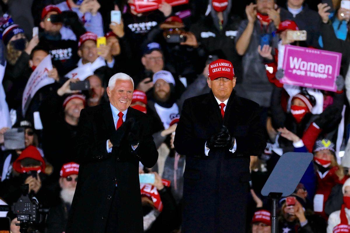 圖為2020年11月2日,美國總統特朗普和副總統彭斯在在密歇根州大急流城的競選集會上。(JEFF KOWALSKY/AFP/Getty Images)