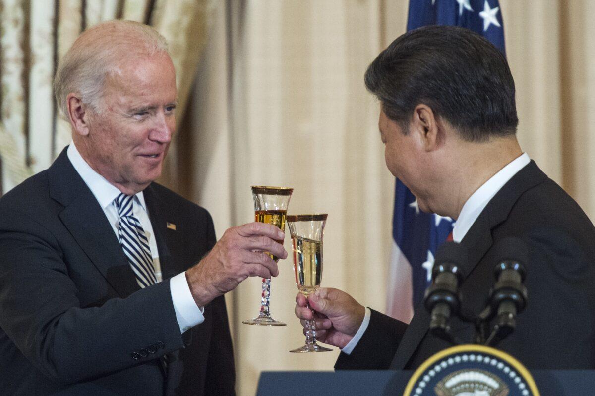 2015年9月25日,時任美國副總統拜登在華盛頓舉行的國宴上,和中共國家副主席習近平敬酒。(Paul J. Richards/AFP via Getty Images)