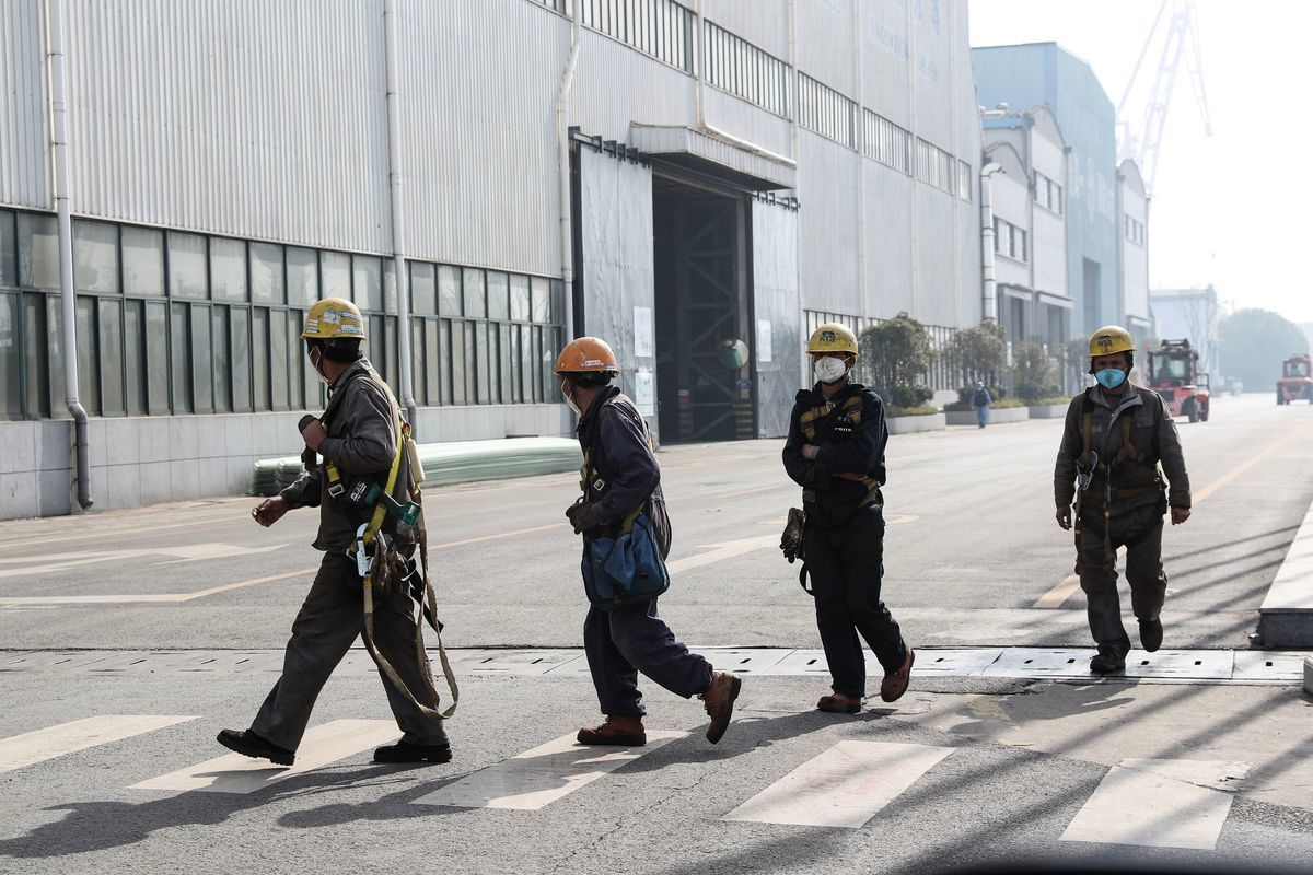中共已放棄隔離人群計劃,要求復工。而民眾則擔心:如果被傳染,人就沒了。(STR/AFP via Getty Images)