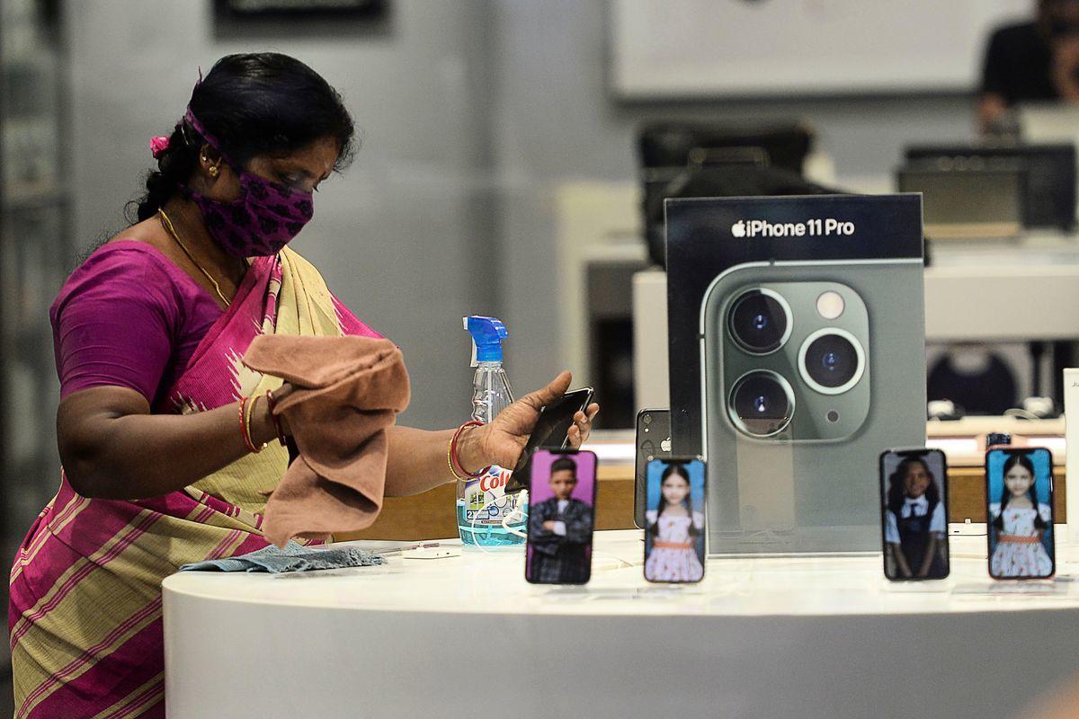 印度通訊部長拉維·香卡·普拉薩德(Ravi Shankar Prasad)表示,蘋果已將8間工廠從中國遷至印度,印度將成為支持全球經濟的力量。圖為印度清奈一名正在消毒的蘋果商店店員。 (ARUN SANKAR/AFP via Getty Images)