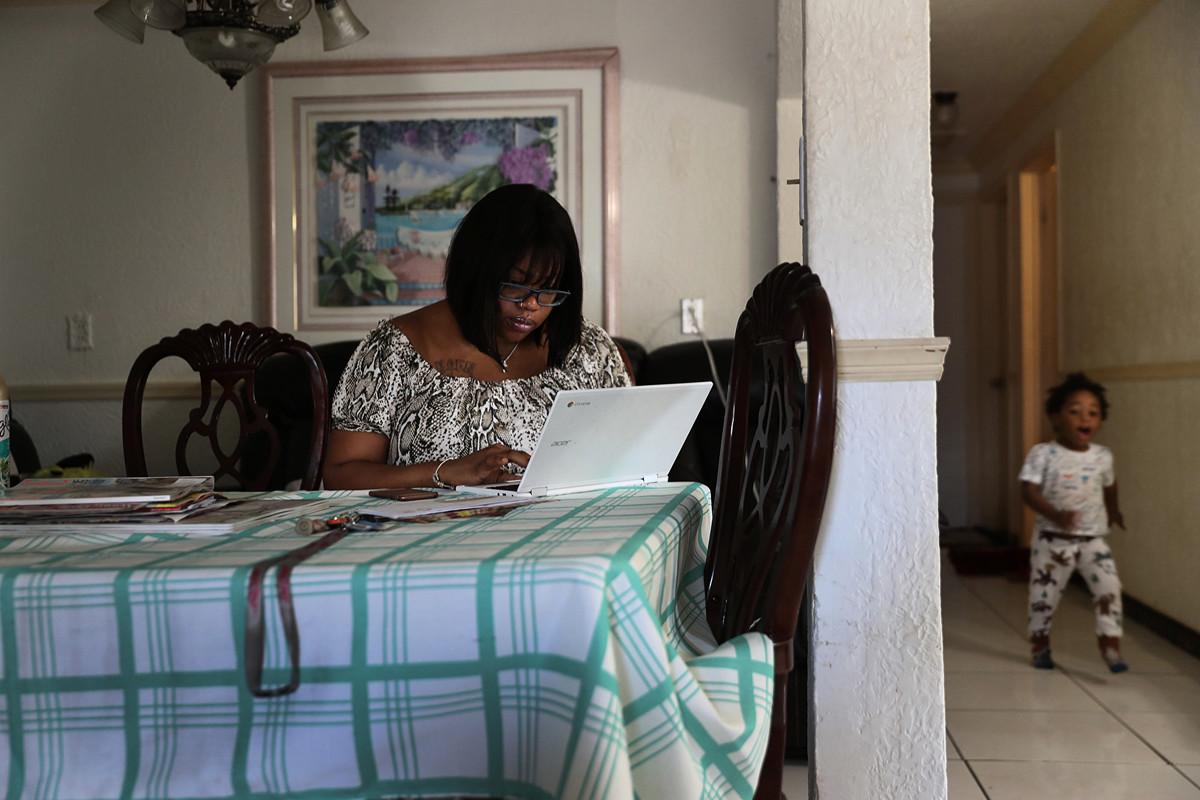 受到中共病毒大流行的影響,截至2020年4月11日的當周,美國新增524.5萬人失業,過去四周總計二千二百多萬人失業。圖為佛州一名女士因疫情影響失業後,於3月27日在線申請失業救濟。(Joe Raedle/Getty Images)