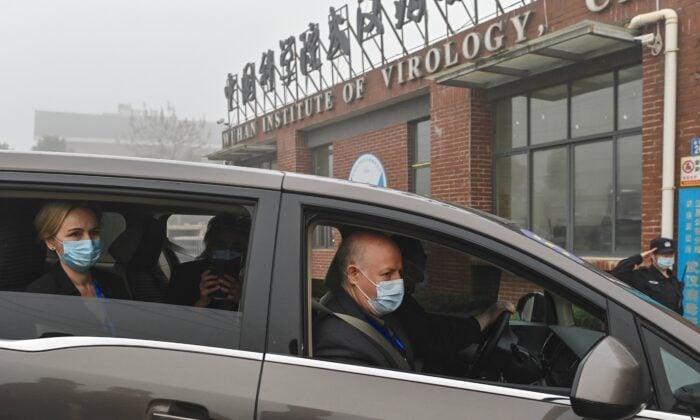 2021年2月3日,彼得‧達斯扎克(右)和世界衛生組織專家組其他成員,抵達武漢病毒研究所。(Hector Retamal/AFP via Getty Images)