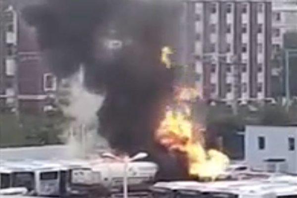 7月31日,遼寧省瀋陽市一加氣站旁的一輛天然氣罐車發生洩漏並起火燃燒。(影片截圖)