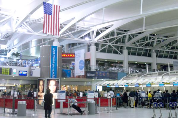 隨著美國在經濟間諜問題上加緊鉗制中共,邊境官員對某些準備離美的中國學生實施出境篩查,成為打擊科技盜竊的最新方式。圖為紐約甘迺迪機場(大紀元)