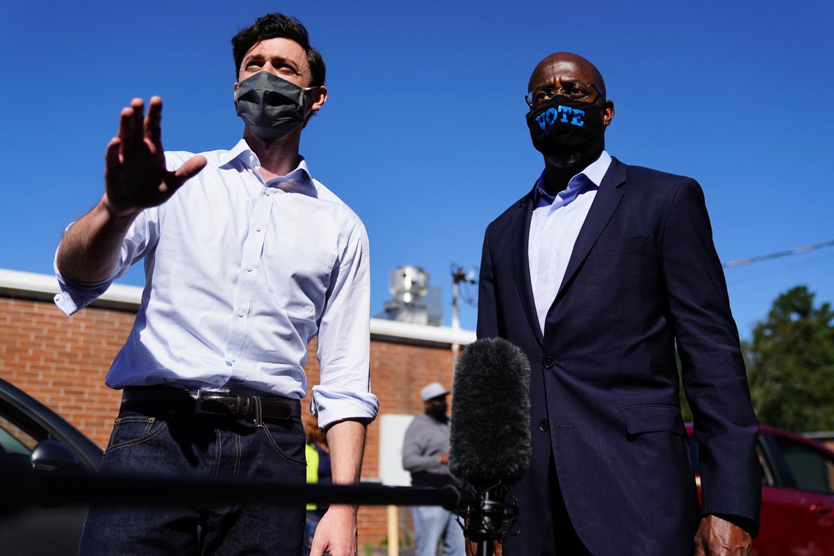 佐治亞兩位國會參議員民主黨候選人(左:奧索夫;右:沃諾克)被爆均與共產黨有關係。(Elijah Nouvelage/Stringer/Getty Image)