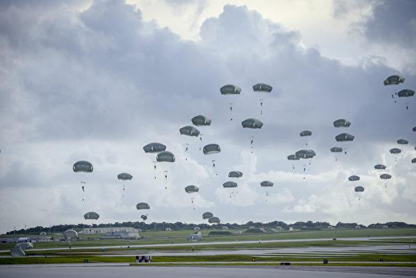 2020年6月30日,美國陸軍第25步兵師第4步兵旅空降兵從阿拉斯加出發,在關島安德森空軍基地進行傘降訓練,展示在全球範圍內的緊急部署能力。(美國印太司令部)