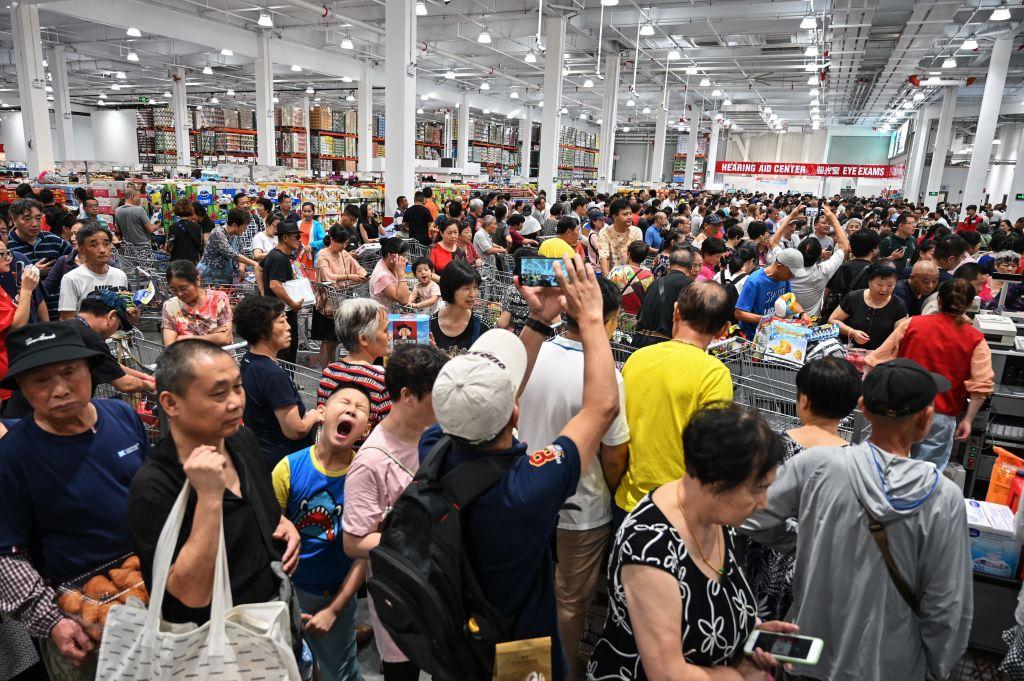 Costco上海門店開張,人潮擁塞。(HECTOR RETAMAL/AFP/Getty Images)