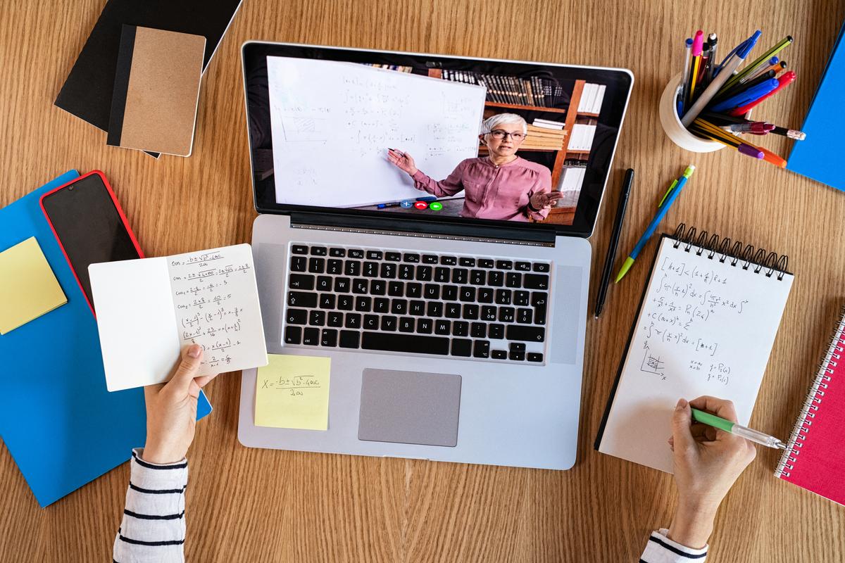 研究發現,使用紙質記憶的志願者,他們大腦中控制語言、想像、記憶和空間定位的部份有更多活動。(Shutterstock)