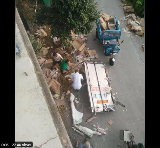 一輛載有10噸豬肉的貨車發生車禍,隨後上百人開始哄搶散落在地上的豬肉,網友感嘆中共統治下中國人道德淪喪。(影片截圖)