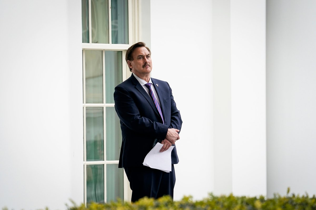 2021年1月15日,MyPillow行政總裁邁克‧林德爾(Mike Lindell)進入白宮西廂前,在門外等待;他手中持有的文件是一位律師希望他代傳給總統特朗普的。(Drew Angerer/Getty Images)