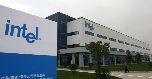 美國的關鍵微電子製造業已從中國轉移到其它國家,有越來越多的微晶片商用品在中國代工,這些來自中國的微晶片的安全、可靠性令人懷疑。圖為英代爾公司在中國成都的組裝和測試工廠。(Getty images)