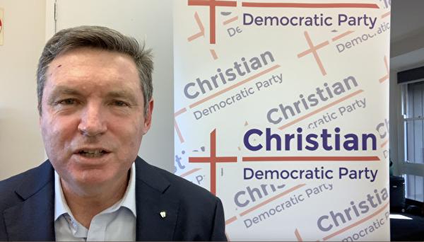 即將在今年11月接任基督民主黨領袖尼羅(Fred Nile)、擔任新南威爾斯省上議院議員的謝爾頓(Lyle Shelton)代表該黨向法輪功學員問候。(影片截圖)