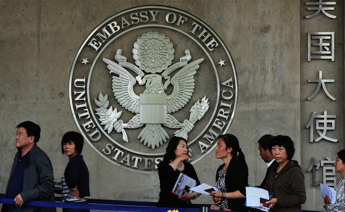 中國國家移民管理局(包括出入境管理局)副局長及副局以上人員及配偶子女,國家監察委、安全部、公安系統現役人員及其配偶、子女的赴美簽證暫停。圖為美國駐華大使館外,民眾在排隊辦理簽證。(MARK RALSTON/AFP/GettyImages)