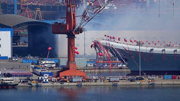 2017年4月26日,在中國船舶重工集團公司大連造船廠舉行的下水儀式上,中國的第二航空母艦001A型航母正式下水。(STR/AFP via Getty Images)