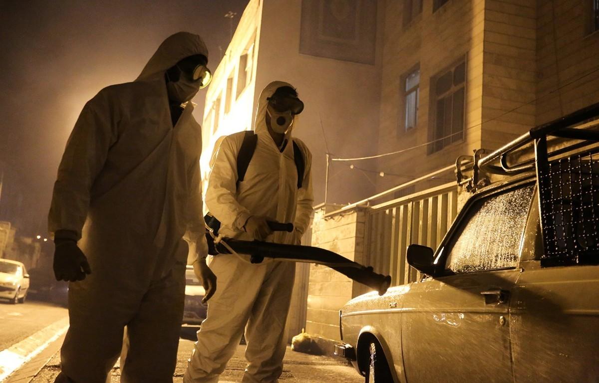 圖為2020年3月11日伊朗消防員在做消毒工作。(ATTA KENARE/AFP)