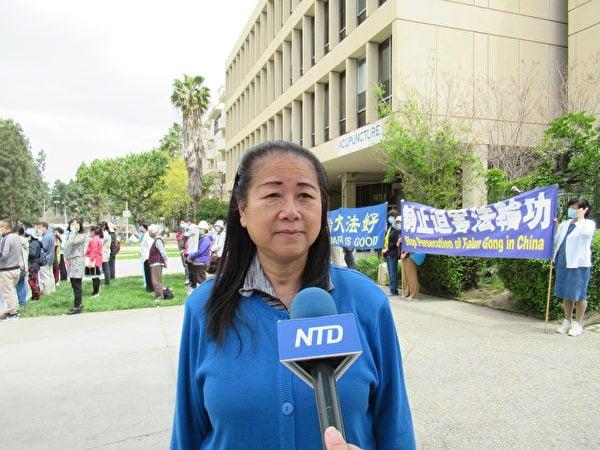 來自香港、目前定居洛杉磯的法輪功學員葉女士譴責中共暴行。(姜琳達/大紀元)
