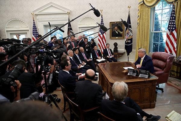 2019年12月31日美國總統特朗普表示,1月15日美中將在白宮舉行第一階段貿易協議簽署儀式,且他會親自參加。圖為10月12日,特朗普在白宮接見中美貿易代表。(Win McNamee/Getty Images)