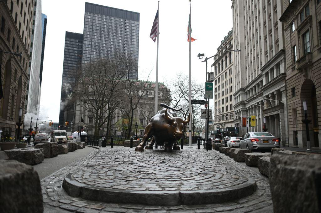 中共肺炎疫情衝擊下,華爾街空蕩蕩。圖為2020年3月19日,紐約證券交易所附近的銅牛雕像。(JOHANNES EISELE/AFP via Getty Images)