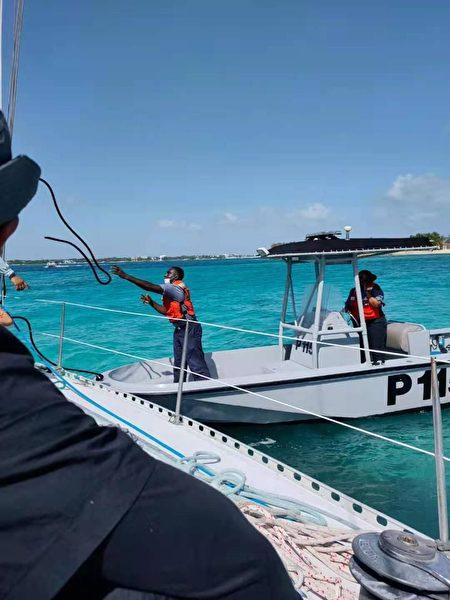 海巡署用小艇救援,送走第一批婦女與兒童。(阿龍提供)