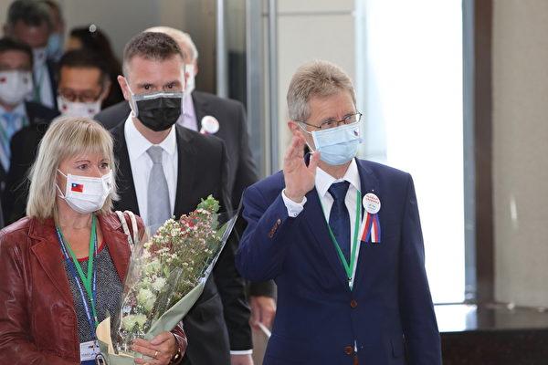 捷克參議院議長維特齊(Miloš Vystrčil)(右)8月30日率團訪台,維特齊揮手向現場媒體致意。(林仕傑/大紀元)
