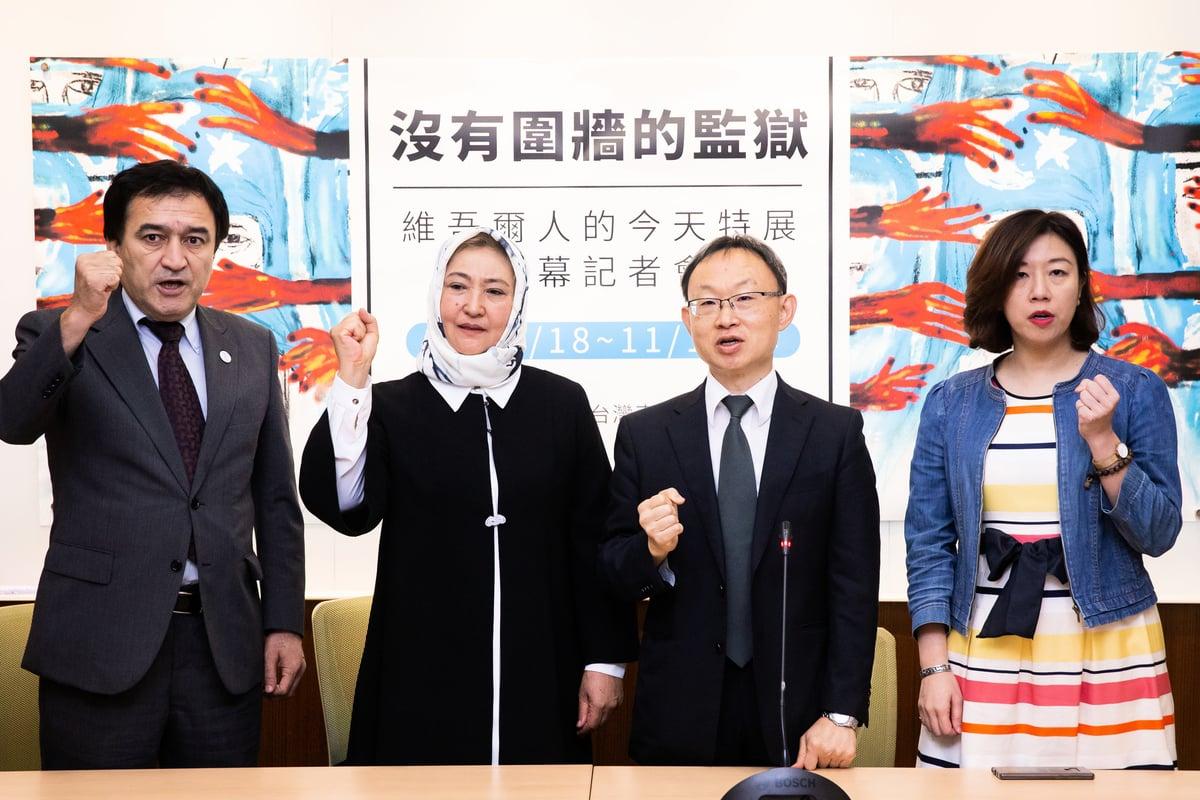 曾在新疆「再教育營」受害的古爾巴哈(Gulbahar Jelilova)(左2)2019年10月24日出席記者會,向台灣民眾揭露她所遭受的慘無人道待遇,控訴中共對人權的迫害。(陳柏州/大紀元)