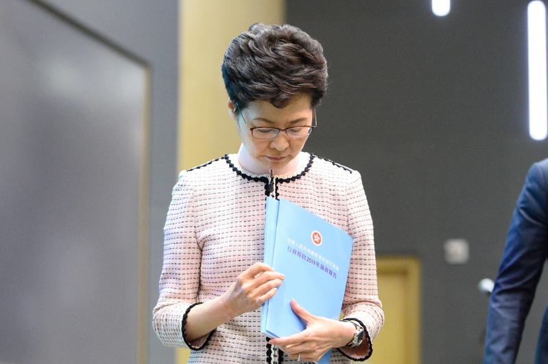 為安撫香港局勢,陷入四面楚歌的香港特首林鄭月娥曾宣佈一項控制香港住房成本高漲的政策提案,但因她漠視抗議者的五大訴求、企圖經濟問題經濟解決的政策顯然收攏不了民心。(宋碧龍/大紀元)