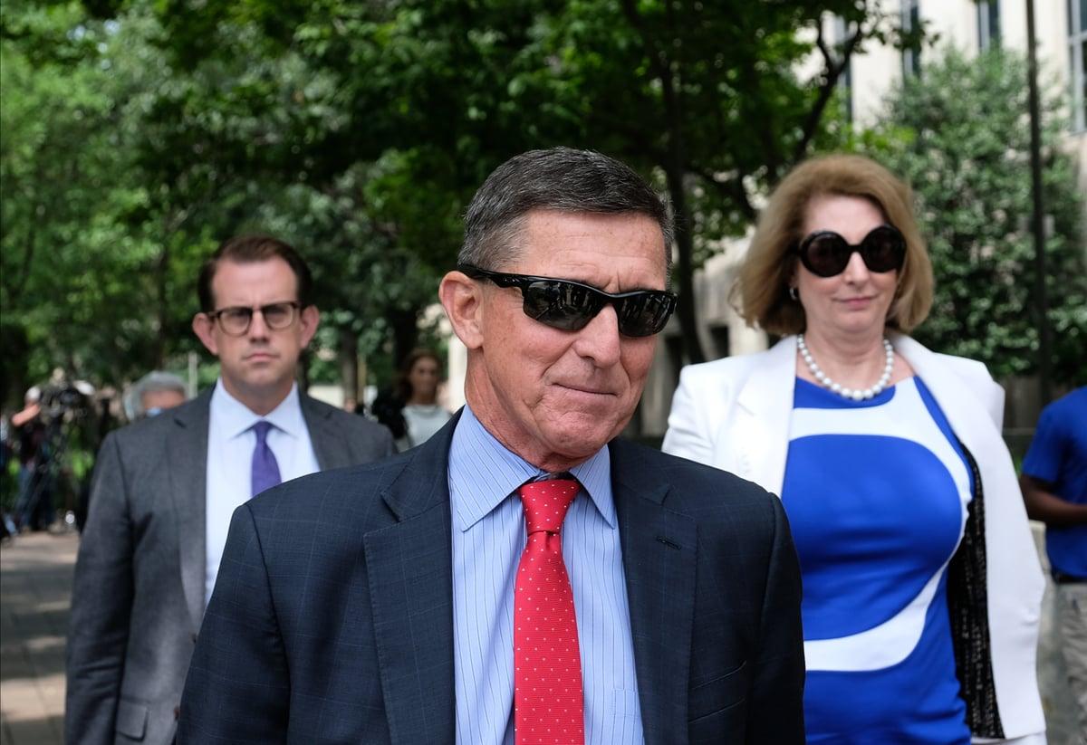 前國家安全顧問邁克爾‧弗林(Michael Flynn)於2019年6月24日跟律師西德尼‧鮑威爾(Sidney Powell)離開華盛頓特區的巴雷特‧普雷特曼(E. Barrett Prettyman)美國法院。(Alex Wroblewski/Getty Images)
