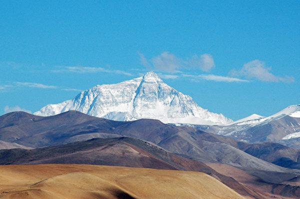 1961年簽署中尼邊界條約,把喜馬拉雅山的聖峰珠穆朗瑪峰(聖母峰)一半拱手相讓。圖中為從北面的青藏高原仰望聖母峰。(Joe Hastings/維基百科)