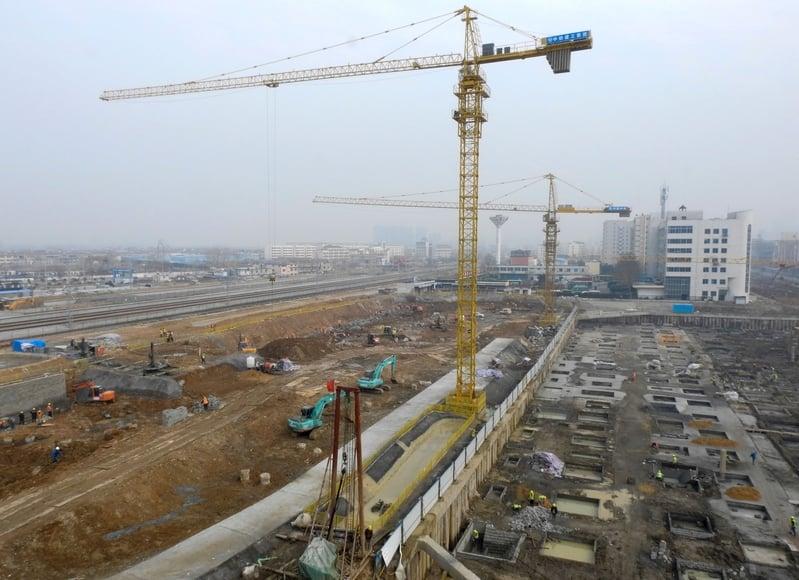 最新經濟數據顯示,中國三分之二的省份今年GDP增長低於往年,中共想要實現6.5%的預期增長目標,可能不容易。圖為江蘇連雲港的一個建築工地。(STR/AFP/Getty Images)