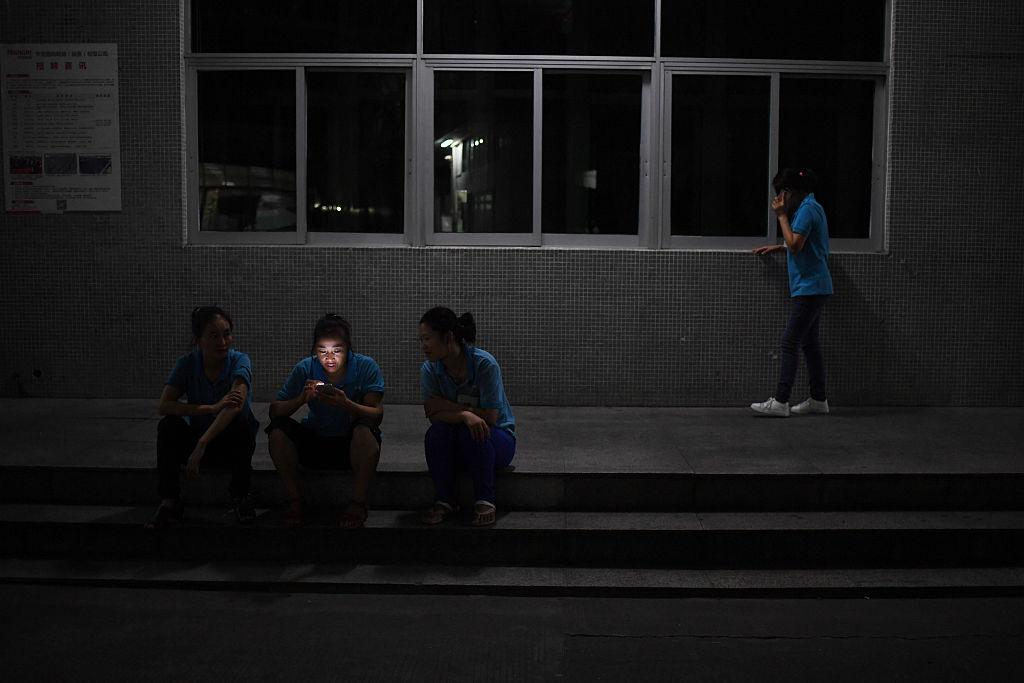 電力供應告急,廣東一些地方的「錯峰用電」正在逐步「升級」。圖為廣東一家工廠的工人資料圖。(GREG BAKER/AFP via Getty Images)