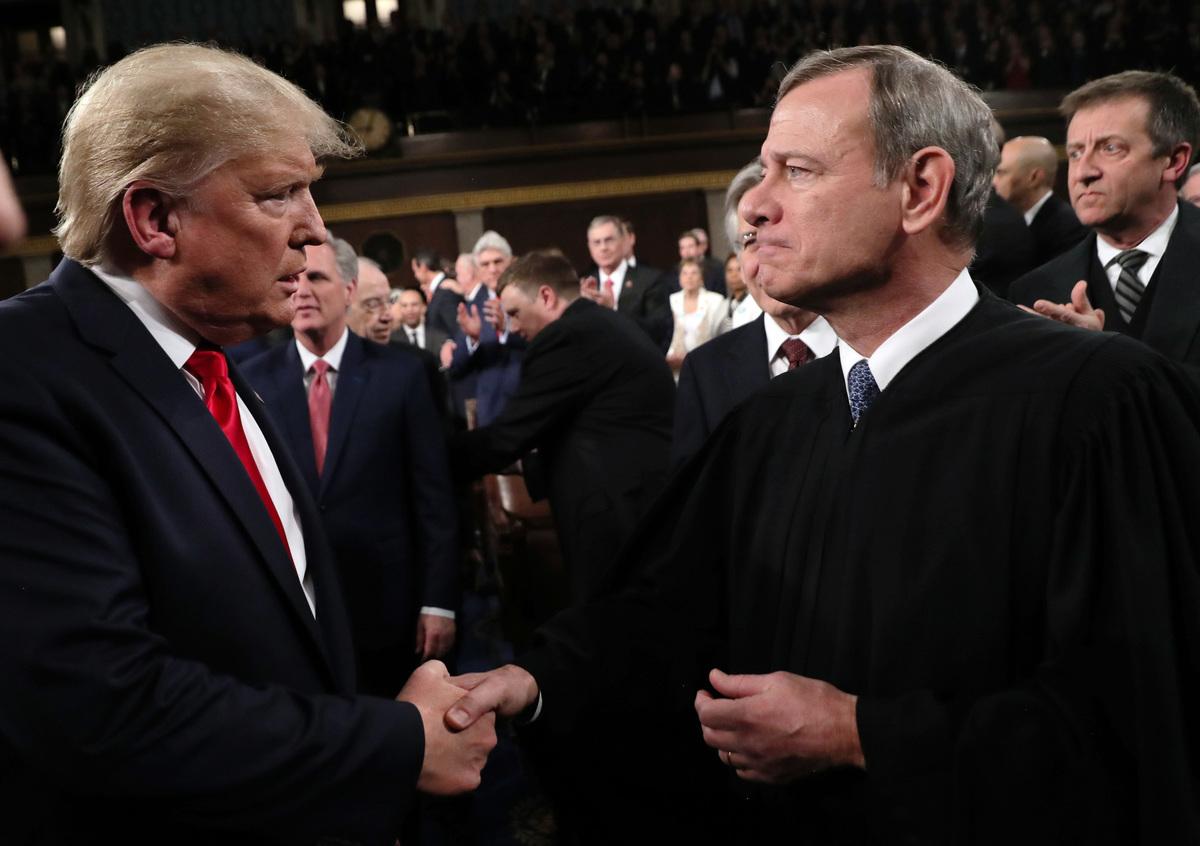 林伍德律師爆料說,最高法院阻止了德州的選舉訴訟案,是因為首席大法官羅伯茨是「反特朗普者」。圖為今年初特朗普與羅伯茨(右)的一次見面。(Getty Image)