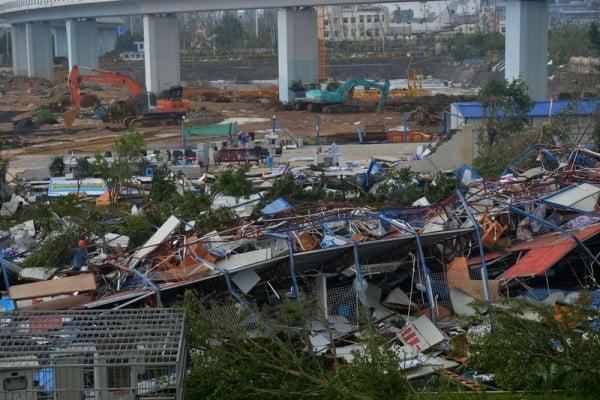颱風「莫蘭蒂」已造成中國南方兩個受災最嚴重的省份死亡人數躍升至28人,另一颱風「馬勒卡」來臨。圖為莫蘭蒂15日在福建廈門沿海登陸造成嚴重災情。(STR/AFP)
