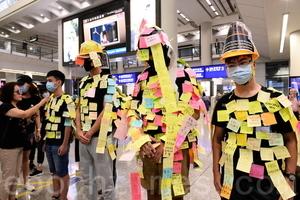 組圖2:香港機場現連儂人 貼滿港民心聲