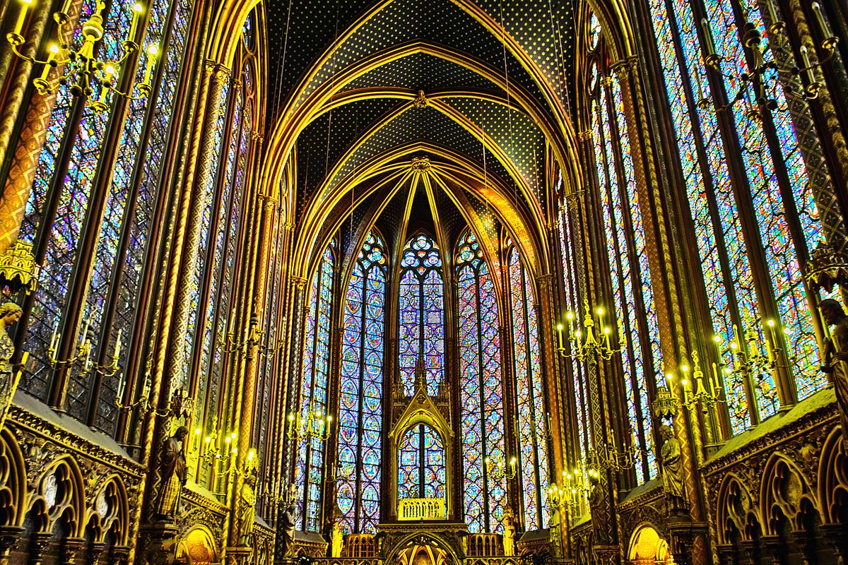 巴黎聖禮拜堂佔地面積雖然不大,卻極盡奢華,內部華麗的大花窗、繁複細緻的雕飾,再加上卓越的建造技藝,成為中世紀哥特式建築的完美典範。(Michael D. Hill Jr./維基百科)
