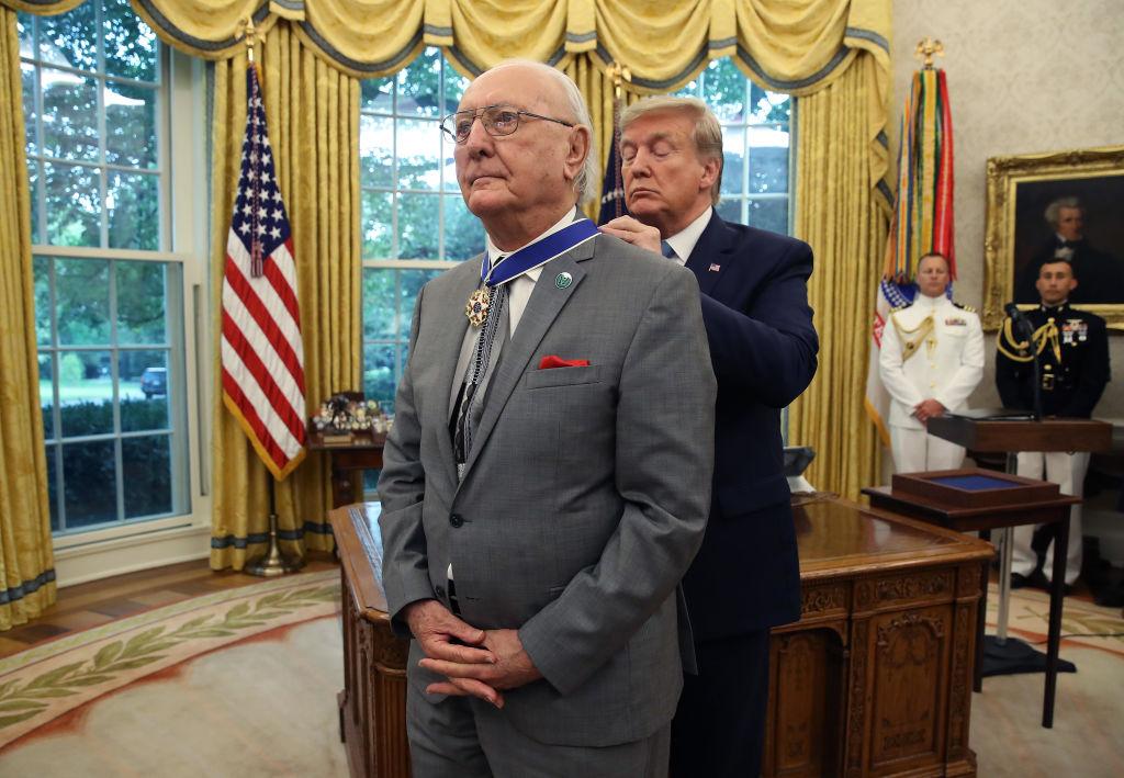 美國總統特朗普為NBA傳奇人物鮑勃‧庫西(Bob Cousy)戴上總統自由勳章。(Mark Wilson/Getty Images)