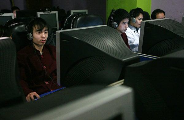 2008年1月21日幾名青年在重慶市的一家網吧上網。(Getty Images)
