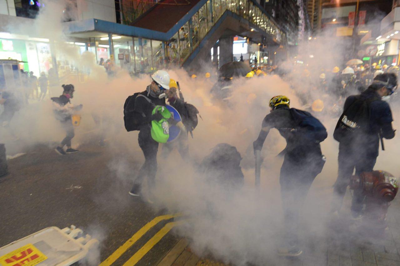 8月4日晚,在銅鑼灣,警察開始發射催淚彈,驅散示威者。(宋碧龍/大紀元)
