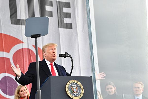 特朗普在華盛頓對遊行人群說:「成為歷史上第一位參加生命權遊行的總統,我感到無比榮幸。」 (Photo by Nicholas Kamm / AFP)