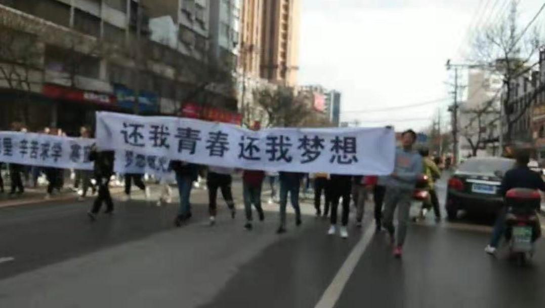 3月11日,湖北武漢市天門職業學院數百名學生遊行示威至市政府前抗議,遭大批警察暴力鎮壓。(受訪者提供)