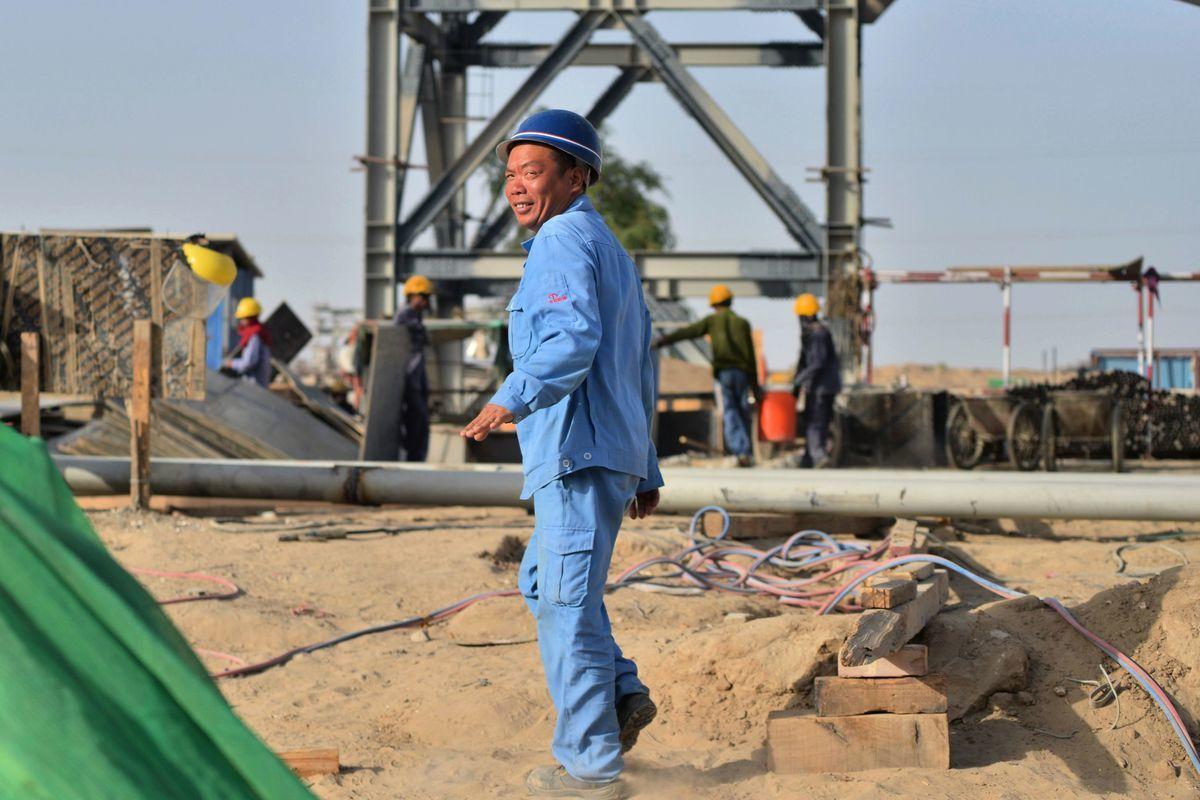 一名中國工人在巴基斯坦的一處燃煤電廠施工地點。(RIZWAN TABASSUM/AFP/Getty Images)