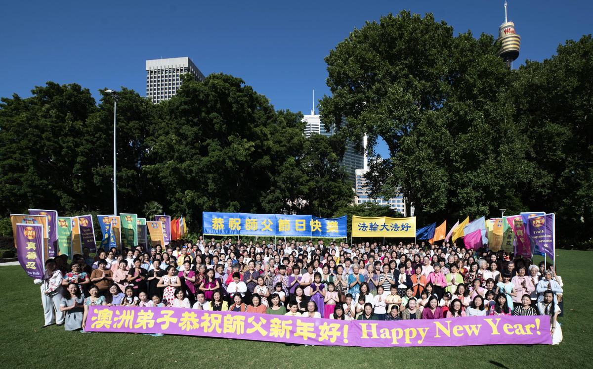 悉尼法輪功學員集體恭祝法輪功創始人李洪志師父2019年新年快樂。(周東/大紀元)